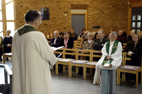 1. mai blir det tatt avskjed med Henning Olsson som sogneprest i Holmlia kirke. Bildet er fra 2007 da Hauketo/Prinsdal da prost Tore Kopperud gratulerte menigheten med å ha blitt eget sogn.