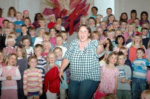 Rannveig Berge dirigerer og leder Megakoret i Nordre Aker. Det har hun gjort i ti år, og har ingen planer om å gi seg. Her fra jubileumskonserten i Nordberg kirke.
