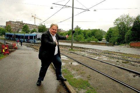 VISER VEI: Bård Folke Fredriksen mener fortsatt Trimveien bør gå denne retningen. Rundkjøringen vil han ha like bak seg her i Problemveien.