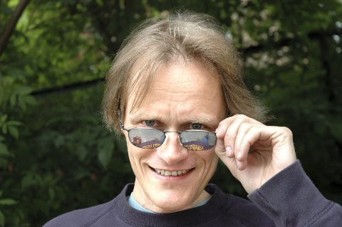 ROCK N ROLL: Festivalsjef Jørgen Roll synes årets Norwegian Wood er så skinnende stjernespekket at han er i behov av et par solbriller – uansett vær. Festivalen i Frognerbadet går av stabelen for 21. gang i år, fra 9.–-13. juni. Eric Clapton topper plakaten torsdag.