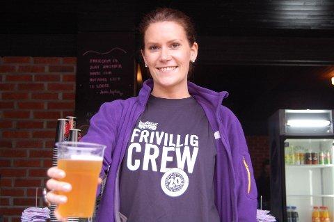 Aase Katrine Bakken jobber som frivillig på Norwegian Wood for andre gang og serverer deg gjerne en kald øl.