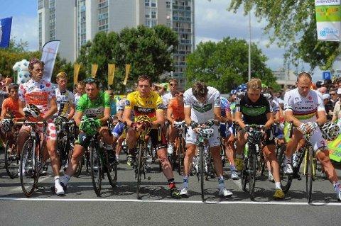 STERK MARKERING: Samuel Sanchez, Mark Cavendish, Cadel Evans, Pierre Rolland, Edvald Boasson Hagen og Thor Hushovd sto i første rekke da terrorofrene i Oslo og på Utøya ble hedret ved starten av søndagens Tour de France-etappe.