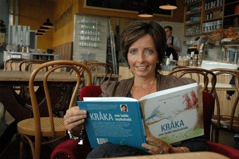 Politiinspektør Hanne Kristin Rohde med debutboka, «Kråka som hadde høydeskrekk». Historien dukket opp en lørdagsmorgen rundt frokostbordet hjemme på Nordberg i 2004.