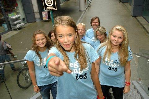 TRENGER DEG: Sval Rosenløw Eeg (12) konkurrerer lørdag kveld om seier i MGP jr. på NRK. Skolevennene, og de ansatte i Ullevaal Sentrum, er ikke i tvil om hvem de heier på!