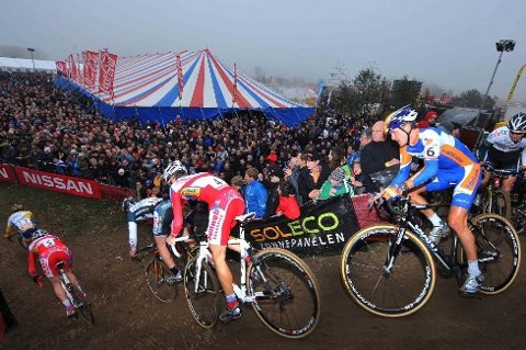 FOLKEFEST: Cyclocross-rittet i Hamme-Zogge viste seg frem fra sin beste side søndag.
