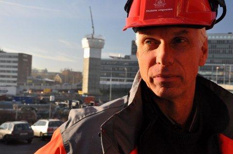 Byggeleder i Statens vegvesen, Øyvind Storløkken, kan fornøyd konstatere at luftetårnet til Lørentunnelen (i bakgrunnen) snart står ferdig.