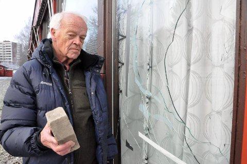 Denne brosteinen ble natt til tirsdag kastet gjennom vinduet til Kaffekroken på Haugenstua. Haugenstua og Smedstua Seniorklubb, her ved formann Helge Tessaker, må nå ut med 3000 i egenandel, som svir for en non-profit bedrift.