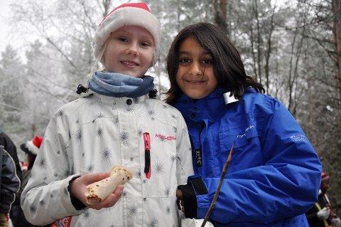 Venninnene Lise og Azqah, som går i femte klasse ved Lutvann skole, sang julesanger for de fremmøtte, og spiste pølser stekt på bål i pausene.