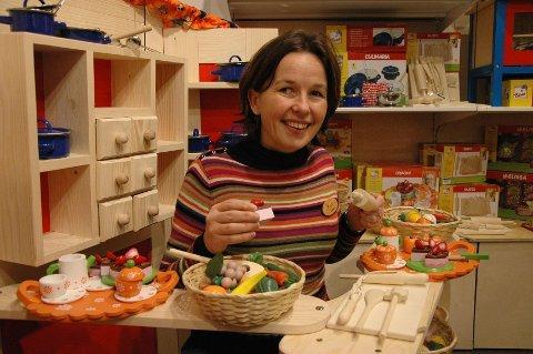 LEKEN: Hanne Bjerknes frister med fargerik tremat i en håndlaget markedsbod.