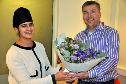 En svært glad vinner av hederstittelen «Årets navn» for 2011 i Groruddalen, Prableen Kaur, mottok blomster, diplom og en sjekk på 5000 kroner fra ansvarlig redaktør Tore Bollingmo i Lokalavisene Oslo.