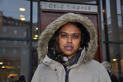 Tett snødrev møtte Khamshajiny «Kamzy» Gunaratnam utenfor Oslo tinhus mandag. Hun overlevde selv massakren på Utøya. Under fengslingsmøtet fikk hun blikkontakt med Anders Behring Breivik.