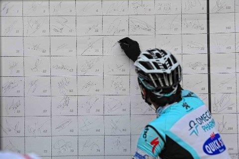 FØR START: Gert Steegmans skriver seg inn før start i Brugge. Og det skulle vise seg at Omega Pharma-Quick Step-syklisten skulle få en god dag på jobben.