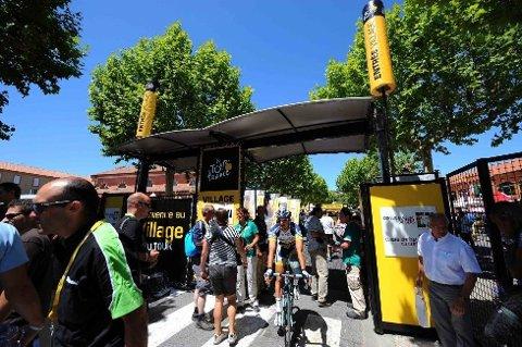 FØR START: En rytter fra Vacansoleil-DCM ruller ut av VIP-området før starten på den 158,5 kilometer lange etappen.