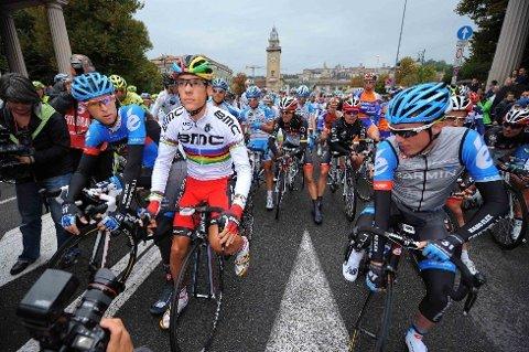 HANS FØRSTE I VM-TRØYEN: Philippe Gilbert (BMC Racing Team) ikledde seg VM-trøyen for første gang under Il Lombardia lørdag. Belgieren har vunnet rittet to ganger tidligere (2009 og 2010) og jaktet sin tredje seier i monumentklassikeren.