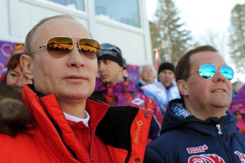 Russlands president Vladimir Putin sammen med statsminister Dmitrij Medvedev på tribunen under OL i Sotsji.
