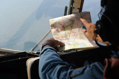 VIETNAM RAPPER NED: Vietnam trapper ned letingen etter det forsvunne flyet MH370 fra Malaysian Airlines. Kina derimot trapper opp. (bildet viser en en soldat fra det Vietnamesiske flyvåpen under leteoperasjonen 11. mars)