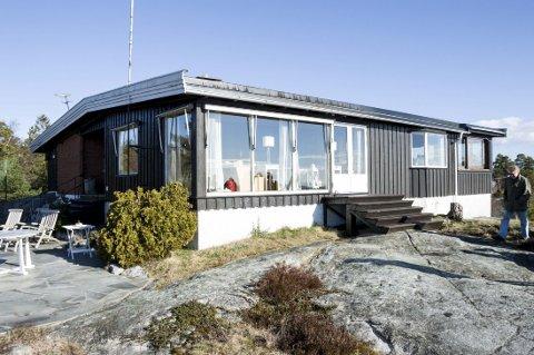FERIEPERLE: Hytta til Stein Eriksen ligger idyllisk og usjenert til på en liten ås på vei ned til Kjerringvik. De ulovlige oppføringene er på baksiden av hytta, og Eriksen var ikke klar over av hytta var ulovlig bygget på før i fjor, da han selv ønsket å bygge ut.