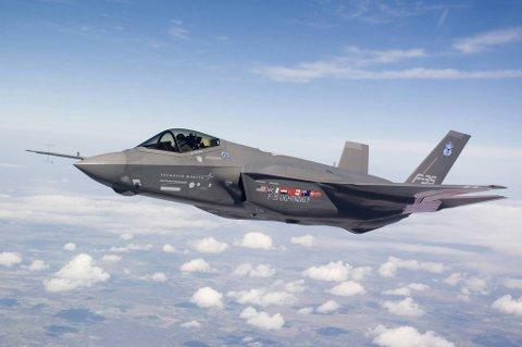 BILLIGERE? Sjefen for kampflyprogrammet F-35 påstår det blir stadig billigere å lage flyene.