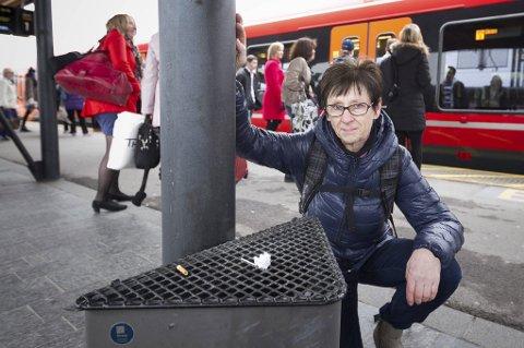 BORT MED RØYKEN: Gruppeleder Ruth Birkeland i Akershus SV foreslår ny løsning for røyking på togperrongene og de største bussholdeplassene i Akershus. Røykerne vil hun plassere i egne soner.