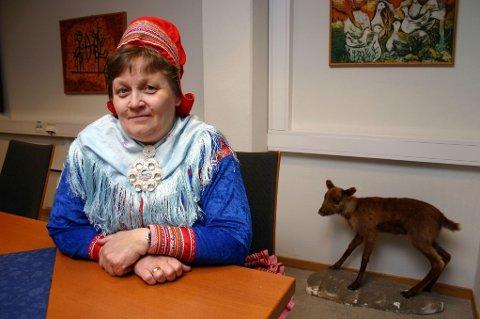 Ellen Inga O Hætta sier at søljen hun gikk med, ikke skapte problemer i sikkerhetskontrollen på Gardermoen. Men det gjorde fottøyet komagene. Nå vurderer Hætta å droppe kofta som reiseplagg.