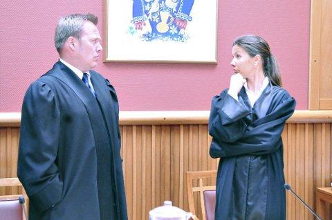 Ektemannens bistandsadvokat John Marius Dypvik og politiadvokat Merethe Falkevik i Nordmøre tingrett mandag.