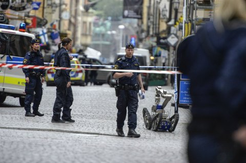 Svensk politi med bomberobot i Stora Nygatan i Gamla stan i Stockholm torsdag.