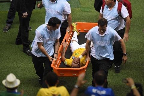 SKADET? Neymare gråt da han ble båret av banen.