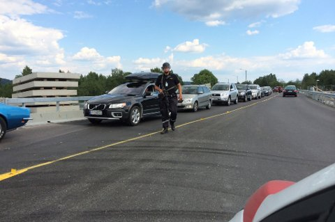 SJEKKER ALLE: Politiet har nå satt opp sperringer og sjekker alle som kjører ut av området.
