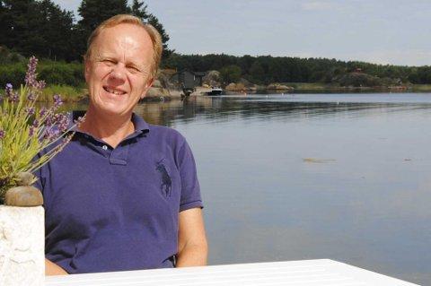 FÅR NAV-STØTTE: Odd Kalsnes fotografert utenfor hytta på Tjøme som han og ekskona nylig solgte for ni millioner kroner. Nettavisen kan nå avsløre at den vel bemidlede megleren har fått betydelige beløp i støtte av NAV.