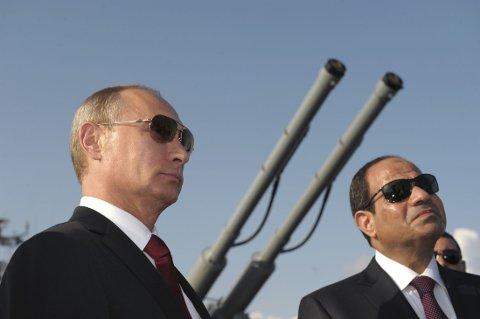 TROR PÅ AVTALE: Russlands president Vladimir Putin tror en endelig avtale mellom myndighetene i Kiev og det sørøstlige Ukraina kan komme på plass under møtet i kontaktgruppen 5. september. Bildet er tatt 12. august i Sotsji, der Putin hadde Egypts president Abdel Fattah al-Sisi på besøk.