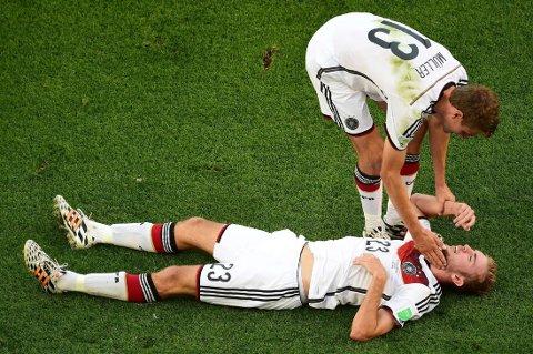 HJERNERYSTELSE: Under finalen i sommerens fotball-VM mellom Tyskland og Argentina, fortsatte Tysklands Christoph Kramer å spille etter denne smellen i hodet. Kramer visste til slutt ikke hvor han var, eller hvilken kamp han spilte.