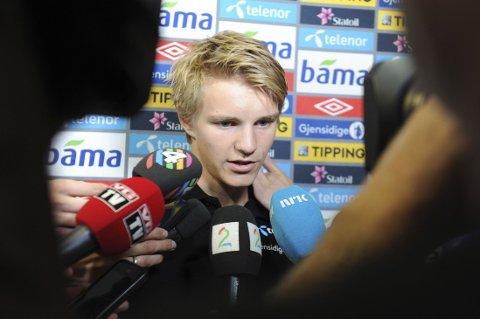 POPULÆR: Martin Ødegaard ble omringet av pressen under et pressetreff på Malta.