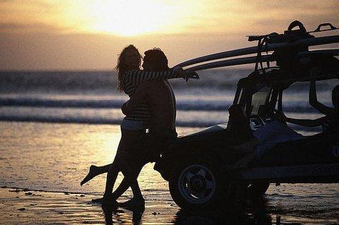 FANTASI: Det å ha sex på stranda eller i baksetet på en bil kan være fint i drømmene, men har en tendens til å bli mer komplisert i virkeligheten.