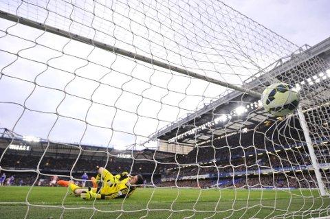 DRØMMETREFF: Chelsea-keeper Thibaut Courtois kan ikke annet enn å kapitulere for Charlie Adams drømmetreff fra omtrent 60 meter.
