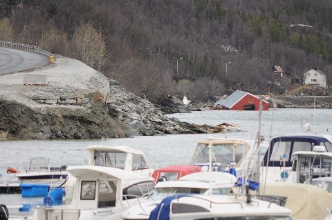 RASTE: Et jordras gjorde skade på blant annet en molo og en brygge i Sørkjosen i Nordreisa i Troms natt til søndag. Flere boliger er evakuert og E 6 er stengt på grunn av raset.