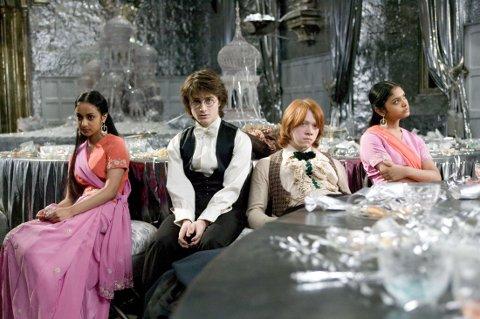 PATIL-TVILLINGENE: Padma og Parvati gikk på ball med Harry og Ronny. Padma, som ble spilt av Afshan Azad, sitter helt til venstre. Disse to var også med i de neste fire filmene.