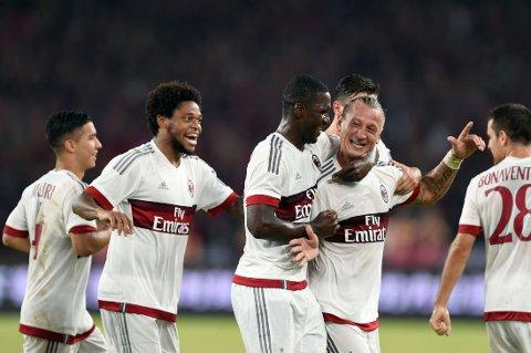 DRØMMETREFF: Philippe Mexes gratuleres av lagkompisene etter drømmetreffet mot byrival Inter i matchen i kinesiske Shenzhen.