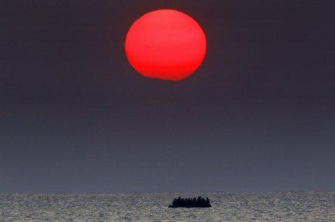 OVER HAVET: En enkel farkost med flyktninger fra Syria på vei over havet mellom Tyrkia og Hellas 11. august i år. UNHCR anslår at anslagsvis 400.000 nyankomne vil søke internasjonal beskyttelse i Europa via Middelhavet i år.