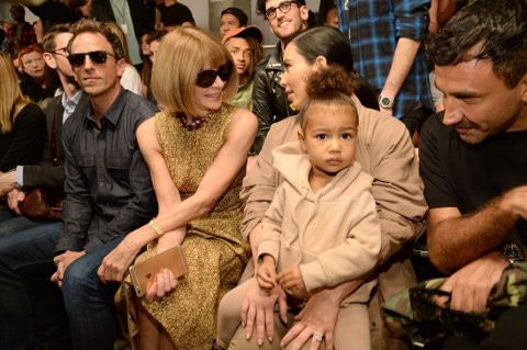 Komiker Seth Meyers (f.v.), Vogue-redaktør Anna Wintour, Kim Kardashian West, North West og Givenchys Riccardo Tisci under Kanye Wests visning på moteuken i New York. I bakgrunnen sees Jaden Smith (i oransje caps).