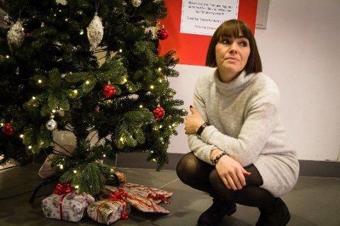 På en uke la amfisenterets besøkende 60 julegaver under treet. Nå ligger bare sju igjen. Utrolig trist, mener senterleder Kristine Ramberg.