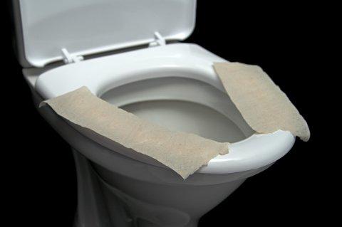 HJELPER LITE: Det er mest for din egen velværefølelse at det kan være lurt å legge papir på toalettsetet.