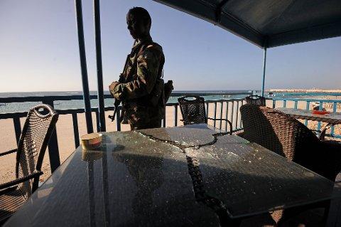 I KAMP MOT ISLAMISTER: Somaliske statsborgere fikk innvilget flest oppholdstillatelser i fjor. Landet har en stor utfordring med den militante islamistiske gruppen al-Shabaab, som har tatt på seg ansvaret for en rekke terrorangrep i og utenfor Somalia og kjemper mot den midlertidige regjeringen i landet. Bildet viser en regjeringssoldat på stranda i Mogadishu fredag, dagen etter et nytt angrep fra opprørerne som kostet 19 mennesker livet.