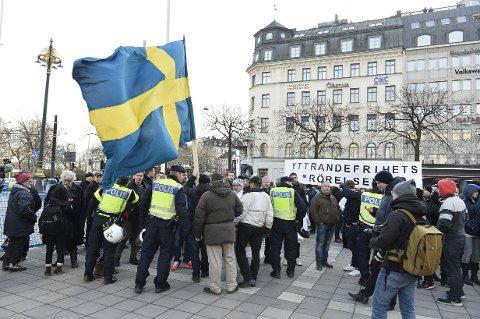 Politiet snakker med innvandringsmotstandere som demonstrerer i Stockholm. De klarte å holde dem og flere hundre motdemonstranter fra hverandre.