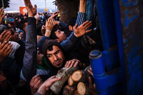 Trengsel for å få tak i brensel utenfor Idomeni på grensa mellom Hellas og Makedonia 6 mars, der tusenvis av migranter og flyktninger er strandet.