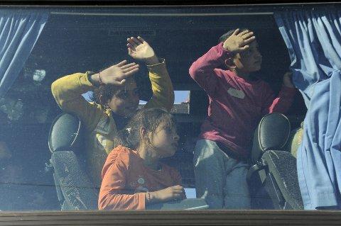 TØMT FOR FOLK: På det meste har leiren ved Idomeni huset om lag 14.000 mennesker. Mange forlot leiren etterhvert som det viste seg at grensen til Makedonia ville forbli stengt. Bildet viser migranter som busses ut av leiren 12. april i år.