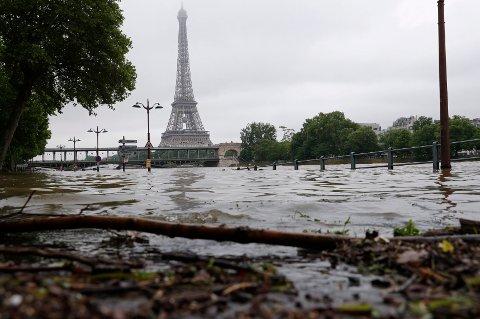 Den oversvømte elvebredden ved Seinen fotografert etter at det sluttet å regne i Paris fredag.
