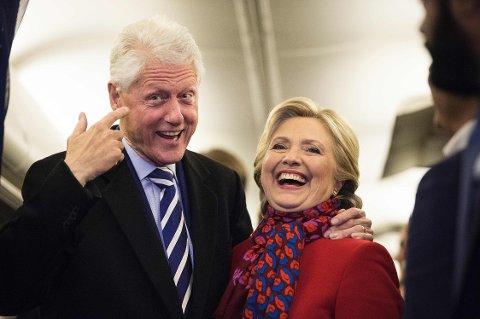 Demokratenes presidentkandidat Hillary Clinton fikk selskapet av ektemannen, tidligere president Bill Clinton, om bord i kampanjeflyet tirsdag.