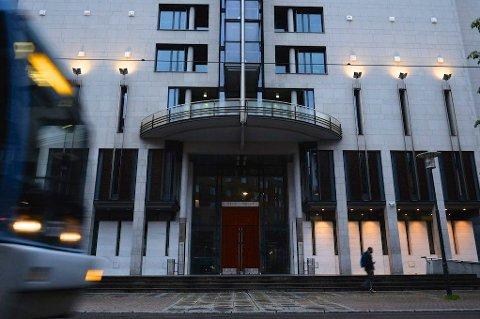 Seks menn møter i Oslo tingrett mandag tiltalt for grovt bedrageri.