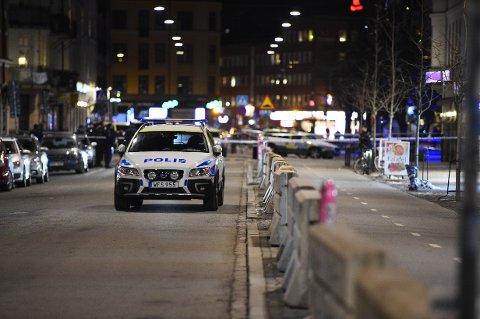 SKUDDEPISODE: Politi ved stedet der en mann ble skutt og drept utenfor en restaurant i Malmø søndag kveld.