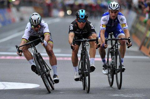 CLOSE RACE: Michal Kwiatkowski (i midten), fikk kastet forhjulet sitt foran Peter Sagan (til venstre) og Julian Alaphilippe i Milano-Sanremo.